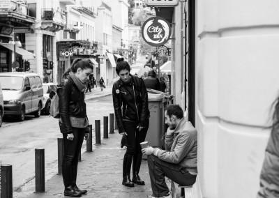 EMFASIS Social Street Workers προσεγγίζουν άπορο συνάνθρωπό μας για να του παρέχουν ψυχολογική στήριξη. - EMFASIS