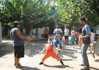Ψυχαγωγική δραστηριότητα από τους εθελοντές για τα παιδιά που φιλοξενούνται στο Κέντρο Προσωρινής Διαμονής Αιτούντων Άσυλο Αλλοδαπών Λαυρίου - Ελληνικός Ερυθρός Σταυρός – Τομέας Κοινωνικής Πρόνοιας – Υπηρεσία Εθελοντών