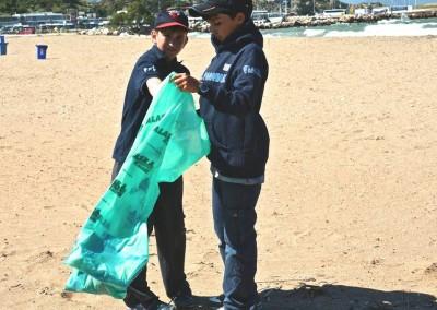 Εθελοντές αθλητές του Ναυτικού Ομίλου Ραφήνας «Αλκυών» καθαρίζουν την παραλία της Ραφήνας