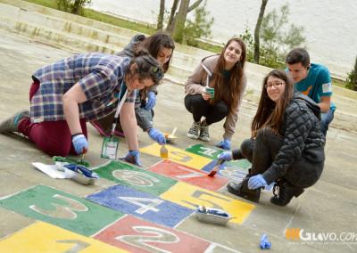 Εθελοντές ζωγραφίζουν επιδαπέδια παιχνίδια. - Glovo