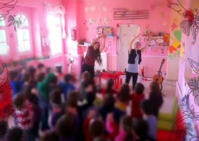 Δημιουργική απασχόληση παιδιών από εξειδικευμένα στελέχη της ΜΚΟ PRAKSIS