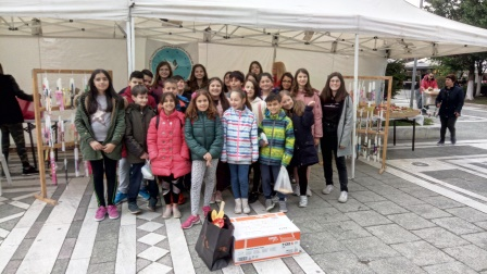 Οι μαθητές του 6ου Δημοτικού Σχολείου Πτολεμαϊδας προσφέρουν λαμπάδες στο Κέντρο Φροντίδας Παιδιών ΑΜΕΑ