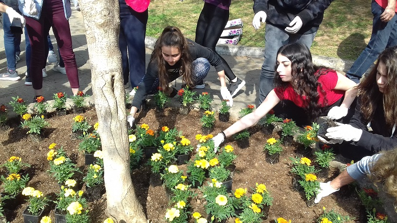 Οι μαθητές της Γ΄ Γυμνασίου του Κολεγίου «ΔΕΛΑΣΑΛ» γέμισαν το πάρκο Ξαρχάκου με πολύχρωμα λουλούδια