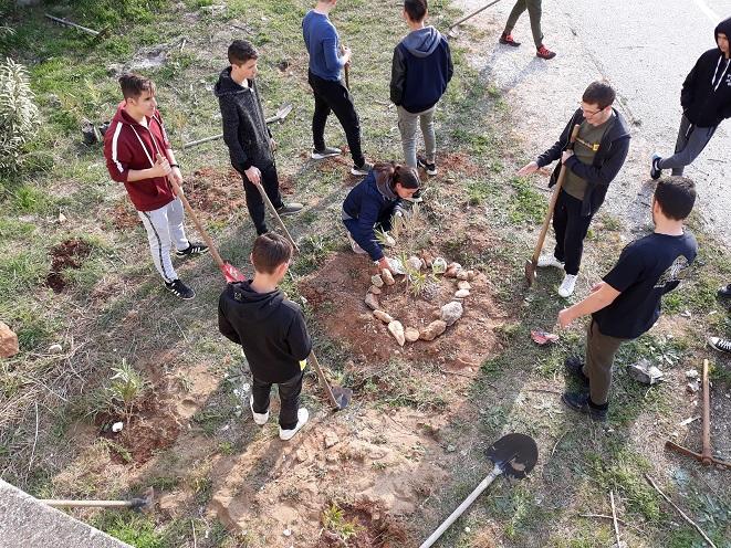 Οι μαθητές του ΓΕΛ Ποδοχωρίου Καβάλας ομορφαίνουν την αυλή του σχολείου τους