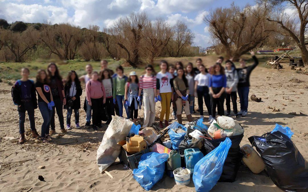 Οι μαθητές του Μουσικού Σχολείου Χανίων καθαρίζουν την παραλία της Χρυσής Ακτής Χανίων