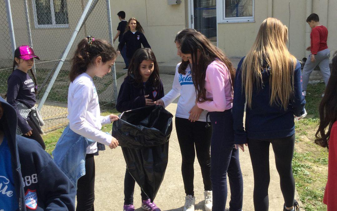 Οι μαθητές του Δημοτικού Σχολείο «ΔΕΛΑΣΑΛ» Θεσσαλονίκης καθαρίζουν την αυλή του σχολείου τους