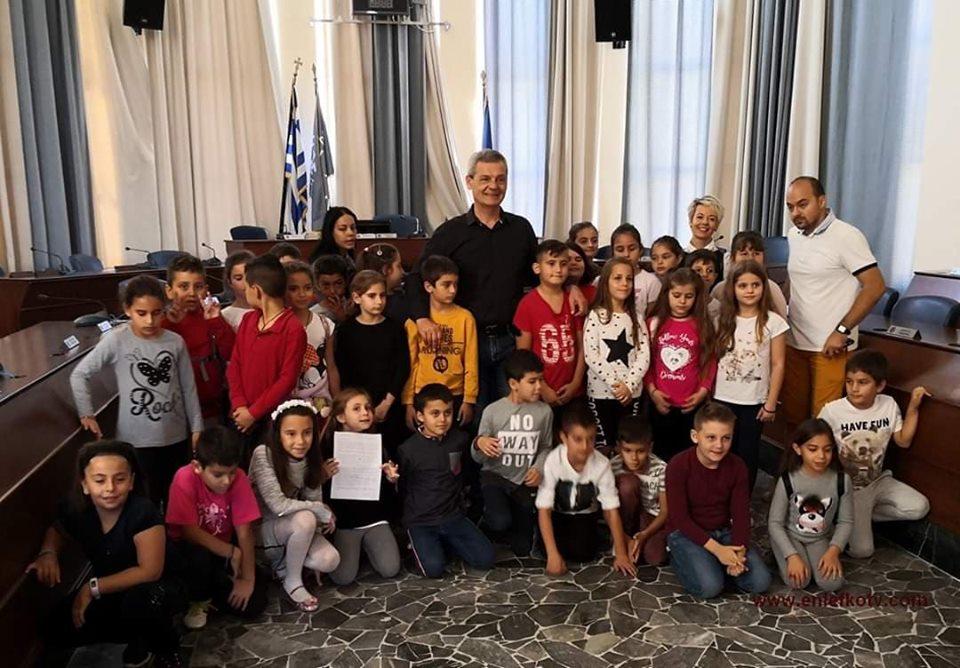 """Επίσκεψη στο Δημαρχείο από τους μαθητές του 5ου ΔΣ Πόλεως Ρόδου που συμμετέχουν στο πρόγραμμα """"Νοιάζομαι και Δρω"""""""